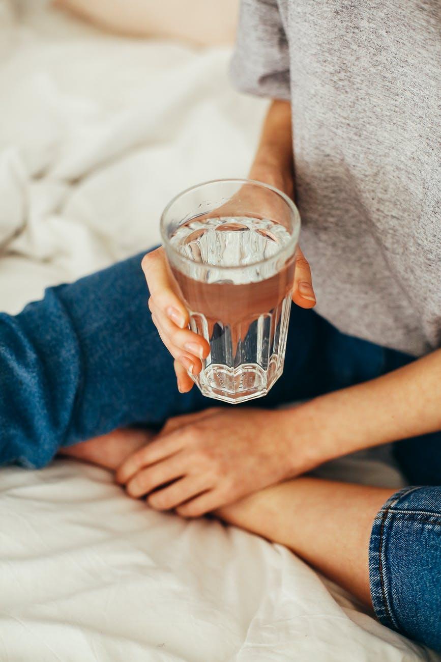 9 beneficios que tiene tomar agua a diario