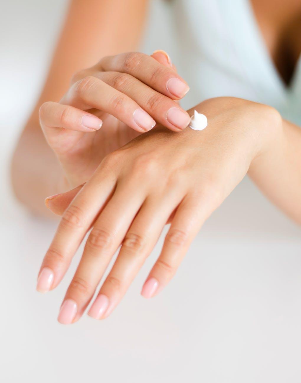 hidrata tu piel por dentro tomando agua