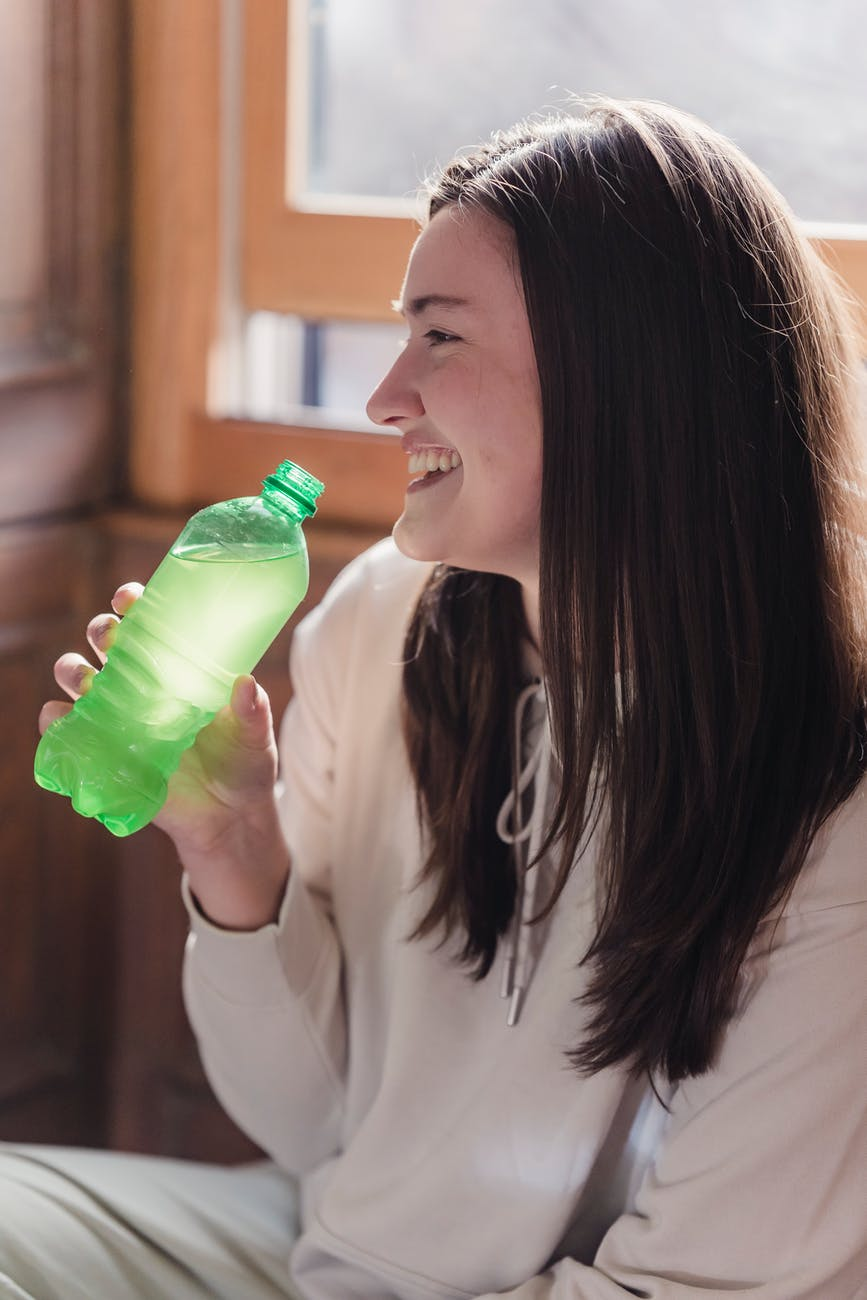 10 beneficios que tiene tomar agua a diario.